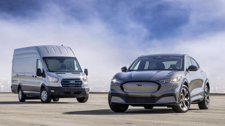 Ford anuncia que solo venderá coches eléctricos mientras que Porsche apuesta por los combustibles sintéticos