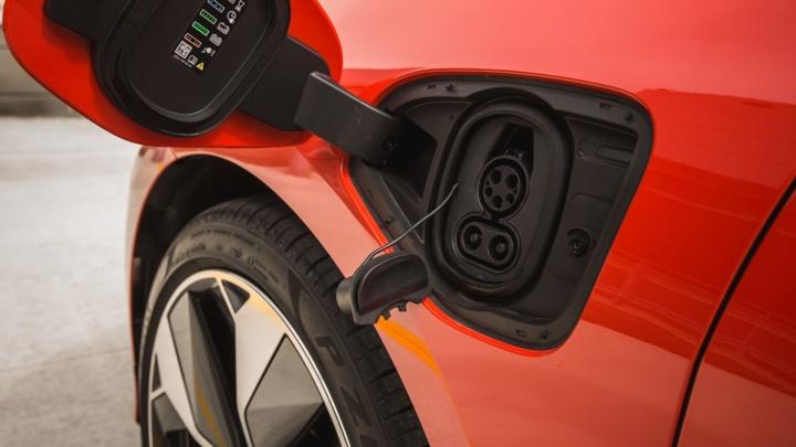 Noticias de coches: la electrificación manda aunque los clásicos resisten